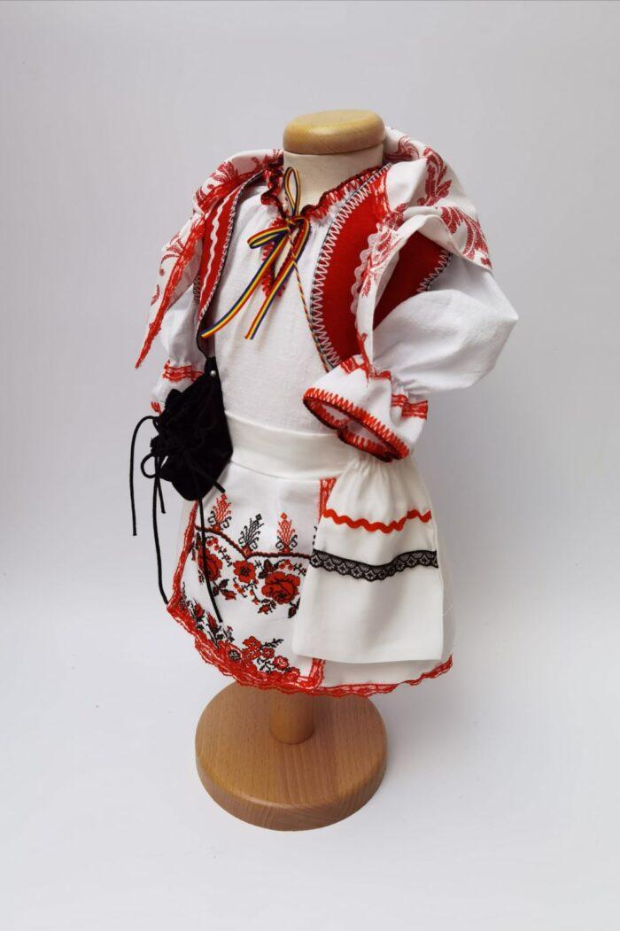 Costum national fata